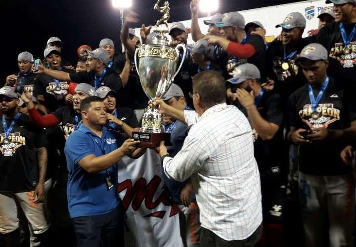 El equipo de Panamá Metro recibe la copa de campeón nacional del béisbol mayor. Foto: Mayra Madrid