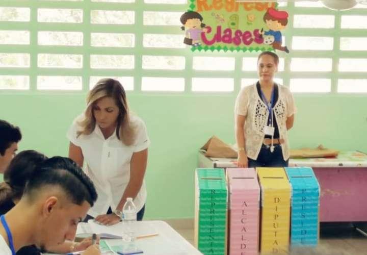 En la imagen la diputada Yanibel Ábrego ejerciendo su derecho al sufragio en la escuela Federico Boyd.  Foto: Eric Montenegro