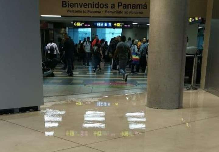 Lluvia delató graves filtraciones de la nueva Terminal 2 del aeropuerto (Video)
