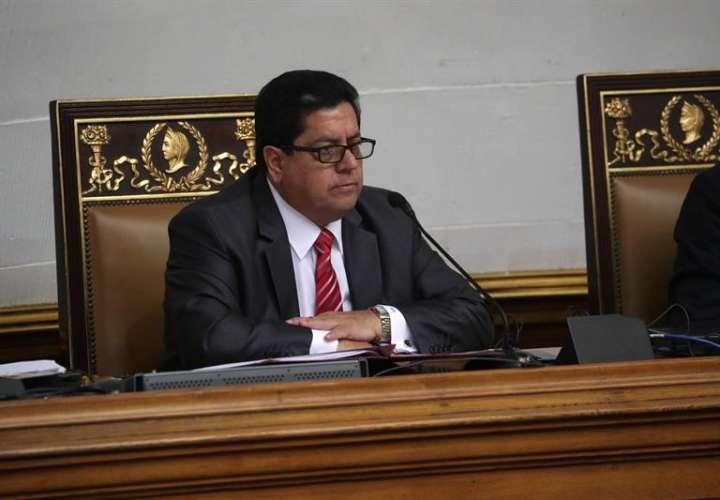 El primer vicepresidente del Parlamento, Edgar Zambrano, participa durante una sesión de la Asamblea Nacional presidida por Juan Guaidó. EFE/Archivo