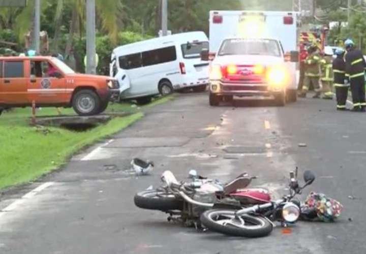 ¡Insólito! Chofer de bus y moto mueren al chocar