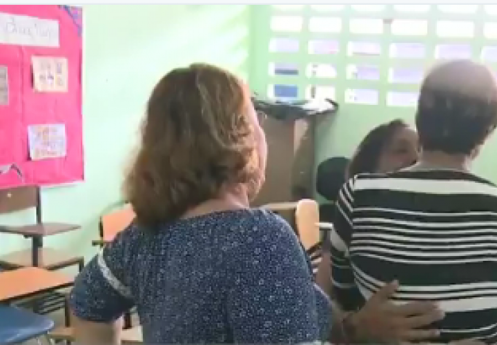 Padre de familia amenaza con arma a maestra de preescolar