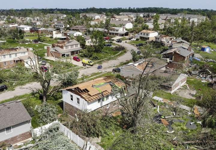 Los residentes revisan los apartamentos que se abren al aire el martes, 28 de mayo de 2019, en los apartamentos Westbrooke Village en Trotwood, Ohio, después de que el techo fue arrancado de una fuerte tormenta la noche anterior. Foto AP