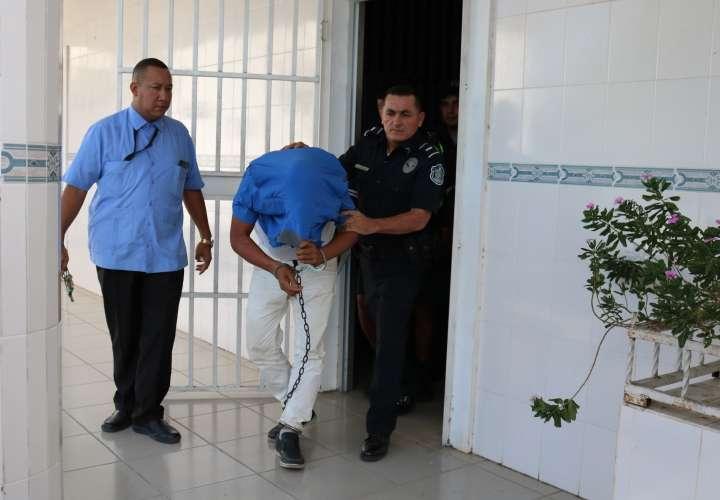 Álvaro Virola en el momento en que era trasladado.
