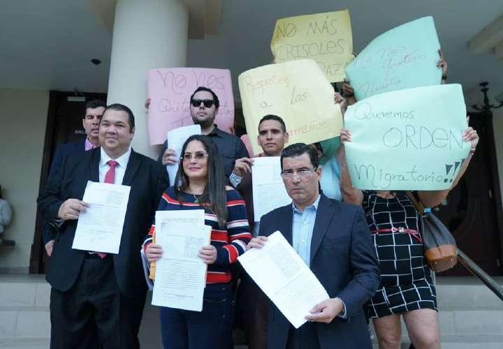 Demandan decretos que permiten permanencia de extranjeros