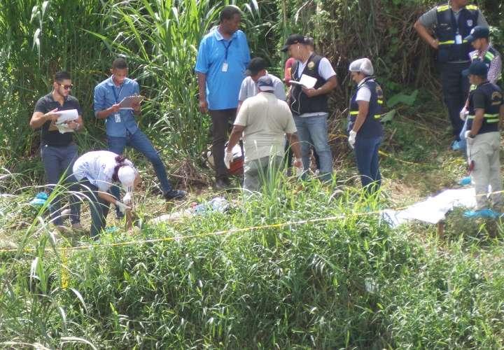 Médico forense revisa el cadáver de Edwin Arosemena. Foto: Landro Ortiz