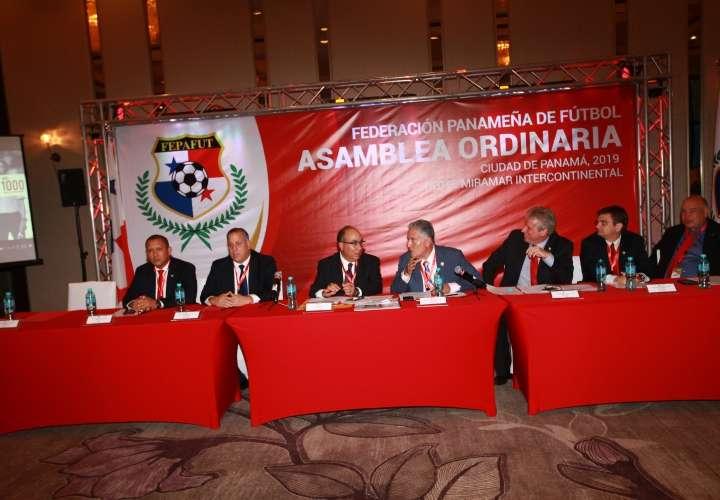Pedro Chaluja, junto a los miembros de su junta directiva. /Fepafut