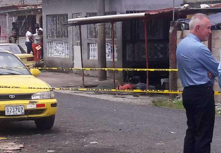 Ramón Cañate quedó tendido en el piso, frente a un costado del taxi. Foto: Diómedes Sánchez