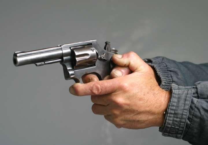Le quitan el arma a conductor de un diputado