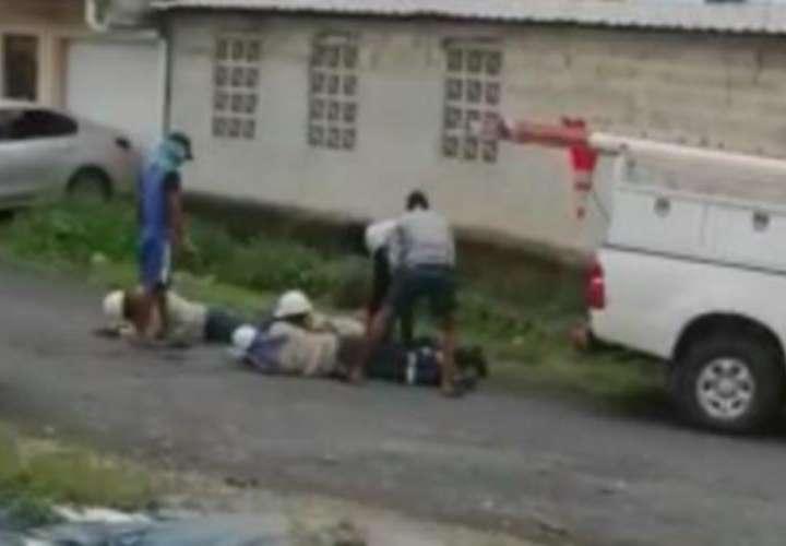 Los asaltantes mantenían sus rostros cubiertos y obligaron a los trabajadores a tirarse en la calle, mientras lograban su objetivo, luego huyeron del sitio. Foto: Captura de video