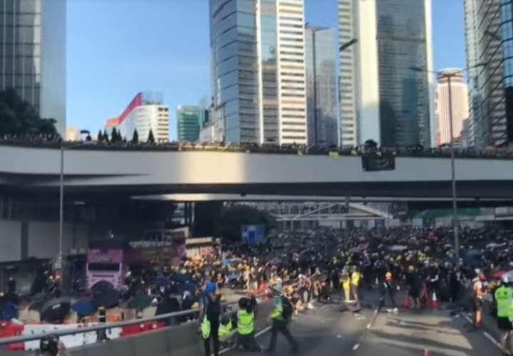 Barricadas, calles cortadas y represión policial marcan huelga en Hong Kong