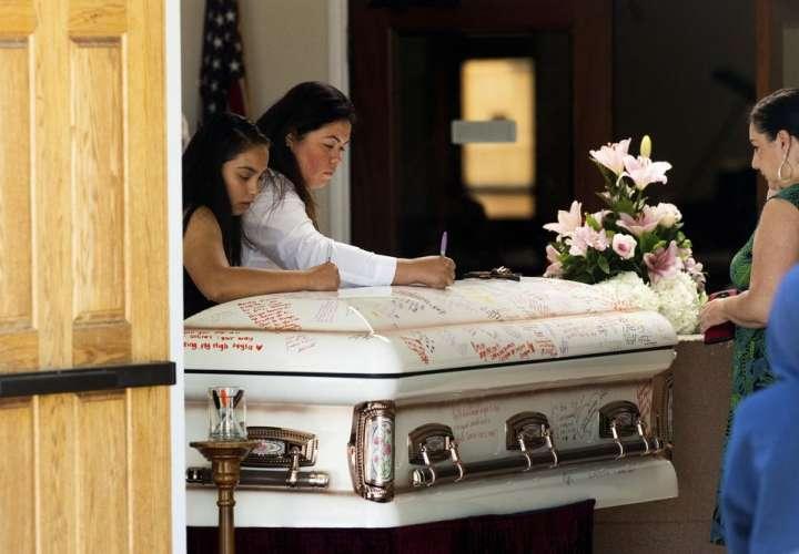 Despiden a una de 3 las víctimas mortales de la masacre en California