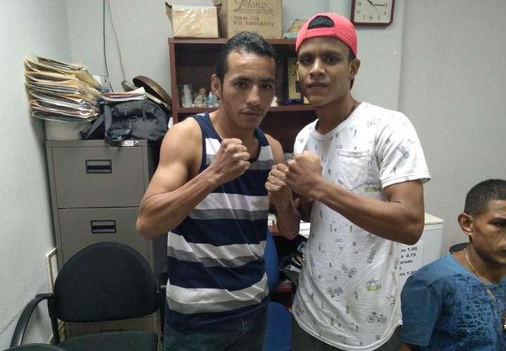 Boxeadores suben a la báscula para cartilla de mañana