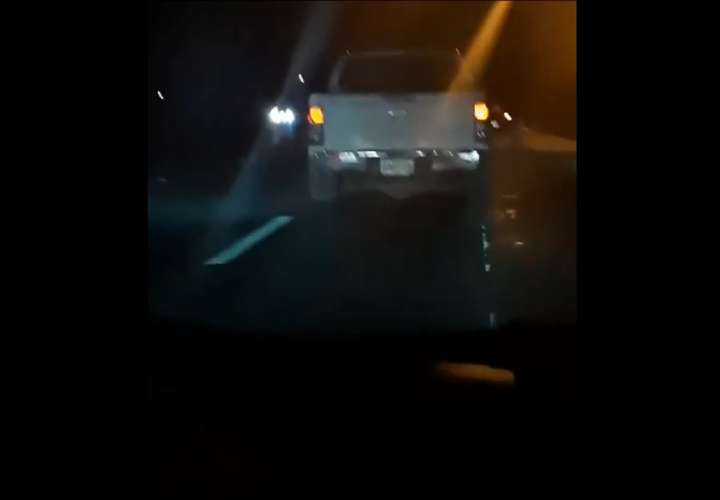 Captan en video conductor manejando borracho que casi ocasiona accidente (Video)