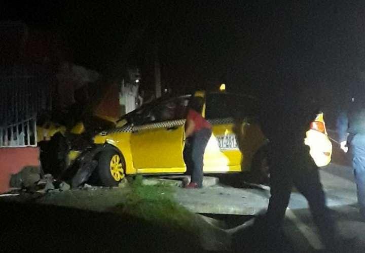 Huye para no ser asaltado y choca su taxi contra la cerca de una casa