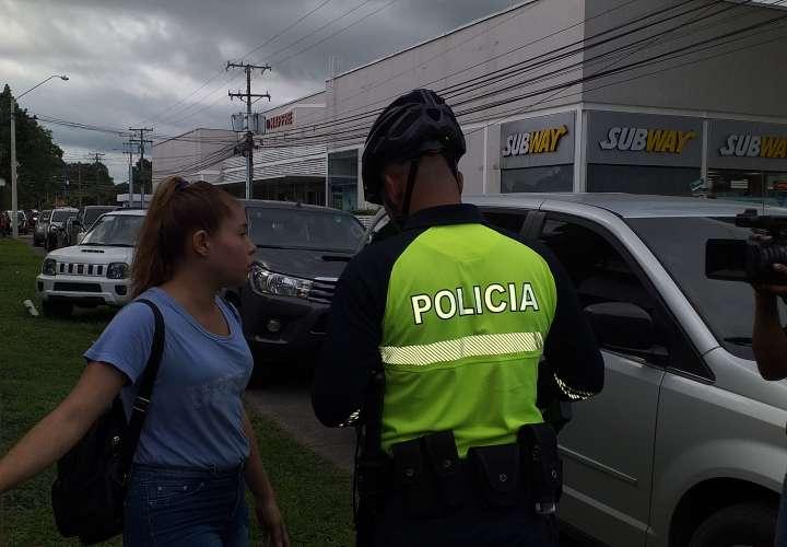 Estudiantes roban celular a una joven