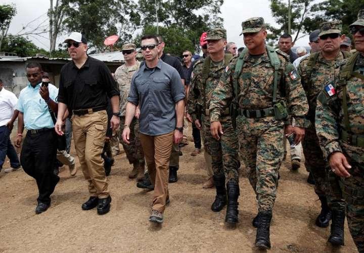 El secretario estadounidense de Seguridad Nacional en funciones, Kevin McAleenan (c-i), visita este viernes junto a sus pares centroamericanos la peligrosa selva del Darién, en la comunidad de La Peñita (Panamá). EFE