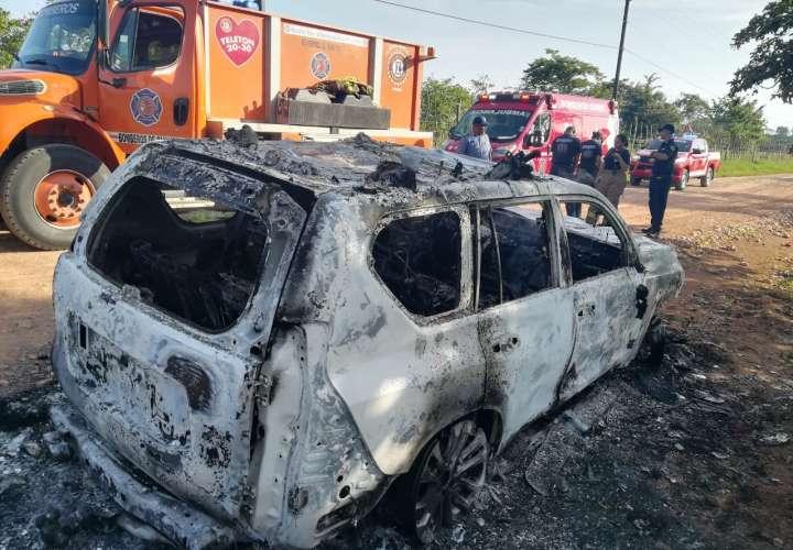 Camioneta termina convertida en chatarra tras incendiarse en Natá