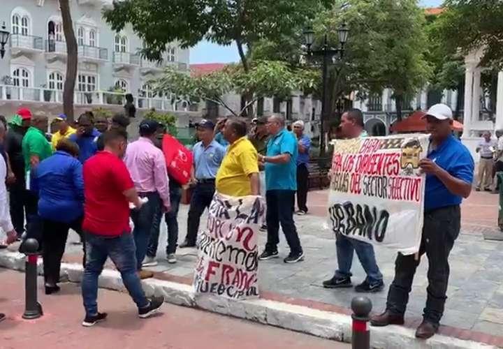 Taxistas marchan a la presidencia para denunciar irregularidades (Video)