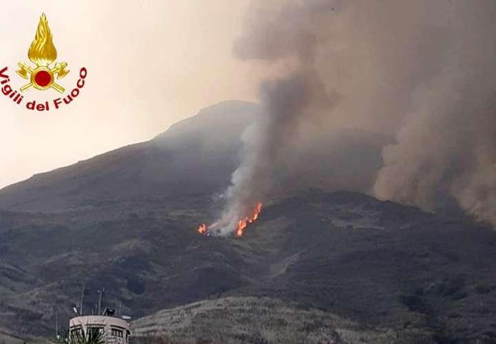 Volcán Estrómboli de Italia vuelve a hacer erupción