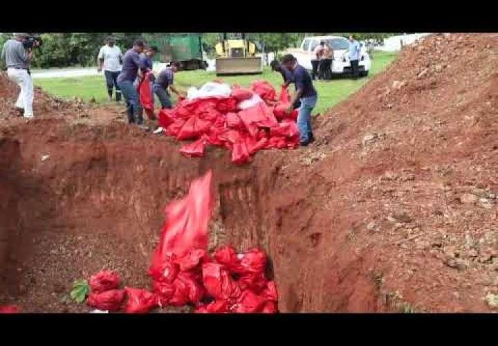 Sacan restos de cementerios y los lanzan a fosa común; Alcaldía pide disculpas