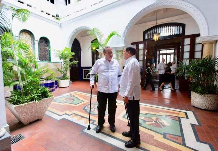 En la imagen aparece el mandatario  Laurentino Cortizo, y el presidente electo de Guatemala, Alejandro Giammattei.