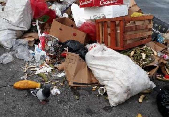 Vendedores tiran su basura en plena acera