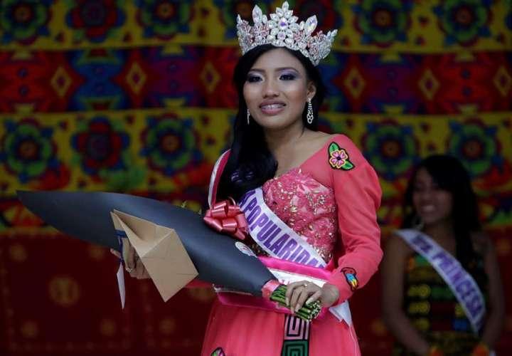 Quebdidili Yeidi López de la comarca Guna Yala de Panamá reacciona tras ganar Miss Indígena Panamá. EFE