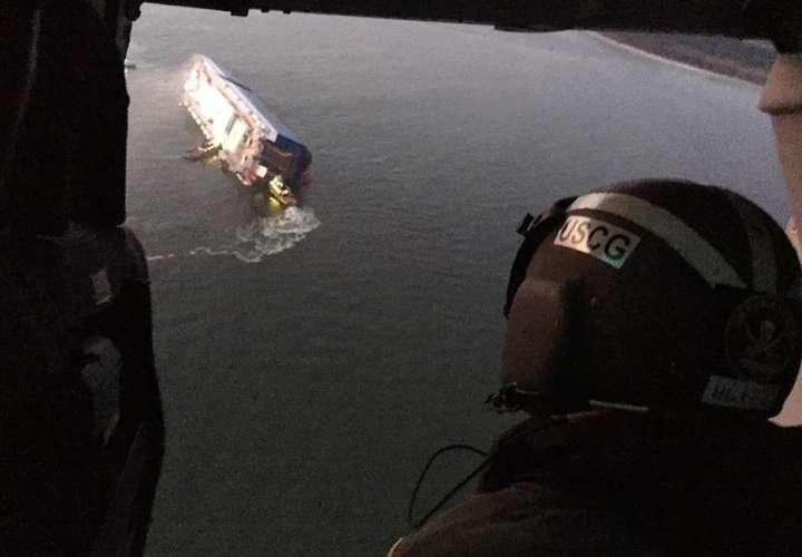 Buscan a tripulantes de buque que volcó en la costa de Georgia (Video)