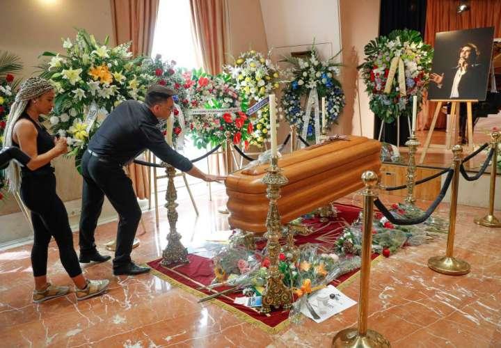 Miles de personas le dan el último adiós a Camilo Sesto