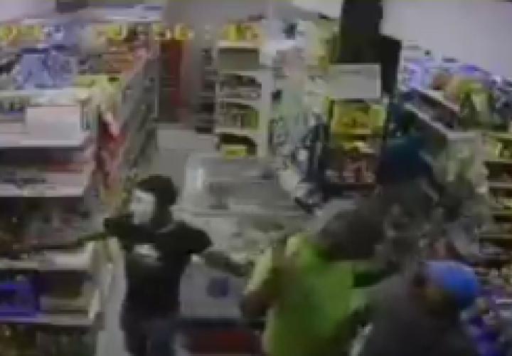 Armados y enmascarados roban el dinero del minisúper y clientes [Video]