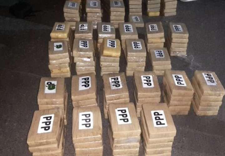 Detectan 149 paquetes de coca en doble fondo de auto