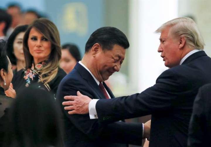 En la imagen, el presidente de EEUU, Donald Trump, (d), saluda a su homólogo chino, Xi Jinping. EFEThomas PeterArchivo