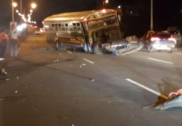 Autobús y pick up involucrados en aparatoso accidente en La Espiga