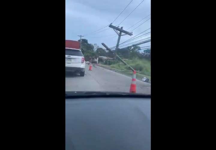 De milagro no se mató tras chocar contra un poste del tendido eléctrico (Video)