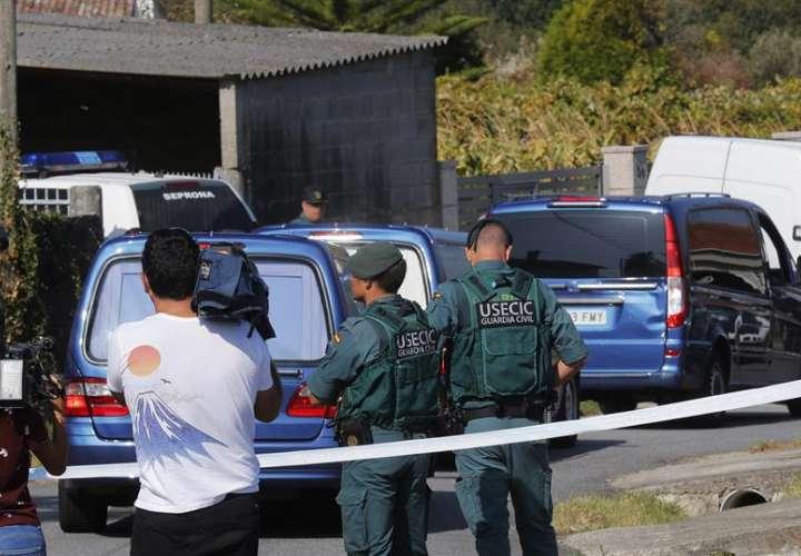 Vista de la zona precintada por el triple crimen cometido en la mañana de este lunes en la parroquia de Cordeiro de Valga (Pontevedra). EFE