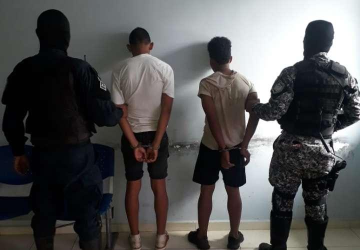 Tres hombres golpean a menor para robarle el celular