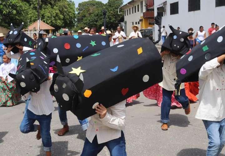 """Folcloristas participan de la festividad del """"torito guapo"""" en la región de Antón, Coclé (Panamá). EFE"""