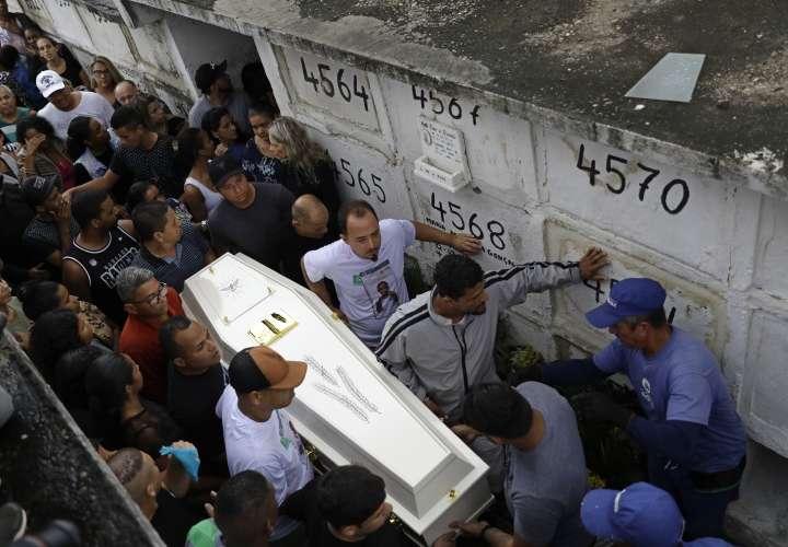 'Paren de matarnos', gritan en las favelas