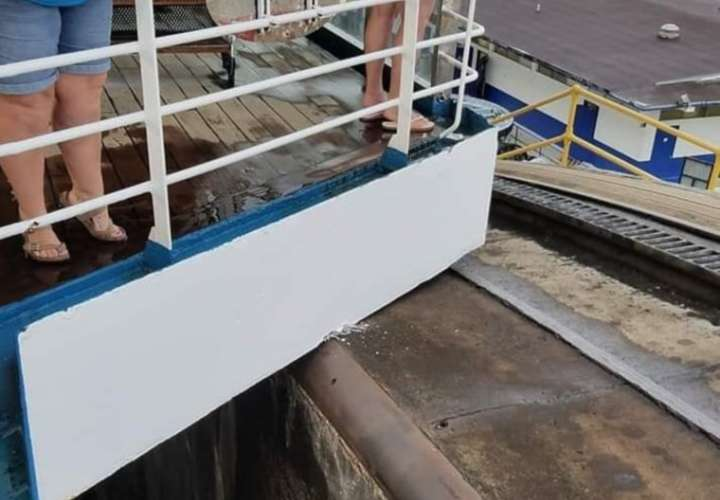 Crucero se da cascarazo con esclusas del Canal