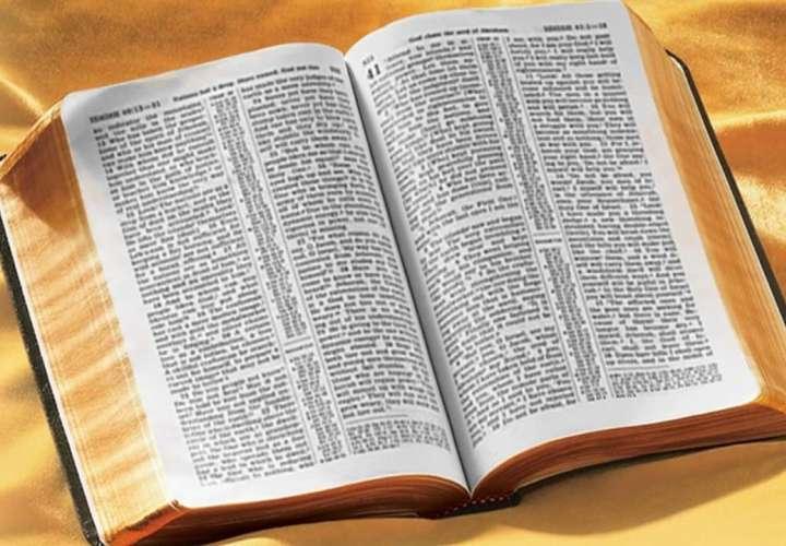 Puso un billete de lotería en una Biblia y ahora es millonaria