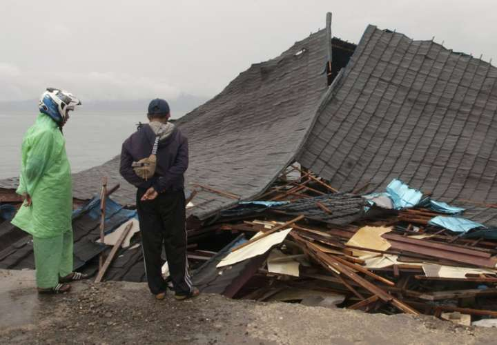 Suben a 23 los muertos por un potente sismo en Indonesia