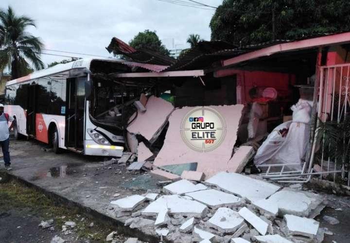 Metrobús se estrella contra casa en Panamá Viejo [Video]