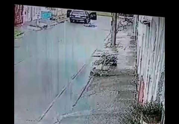 Video capta el momento en que sorprenden y matan al abogado en Las Acacias