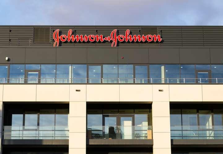 Johnson & Johnson debe pagar 8 mil millones por agrandarle los senos a un hombre