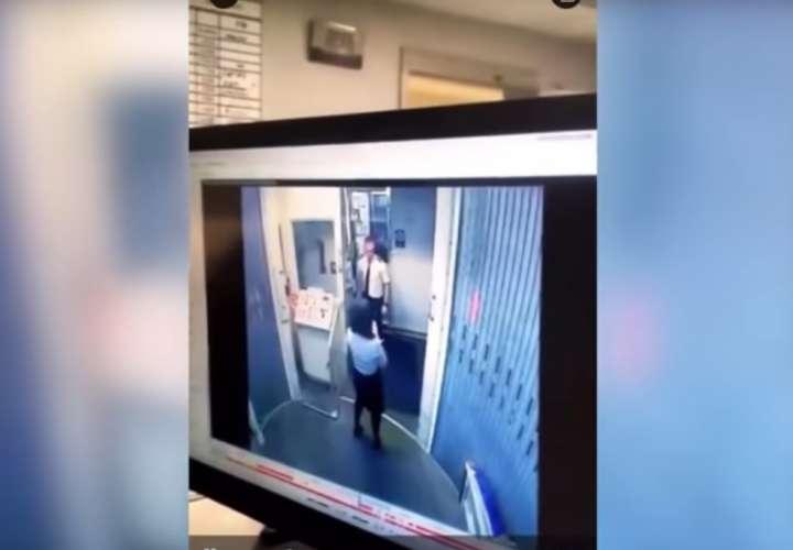 Captan en video a un piloto cuando golpea asistente de vuelo dentro de avión