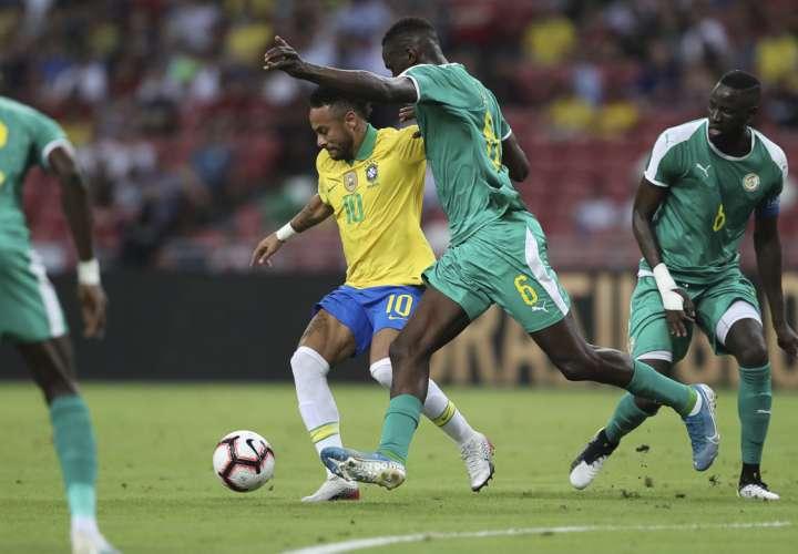 Neymar fue titular en el partido, pero no pudo aumentar su total de 61 goles para la selección. Foto: AP