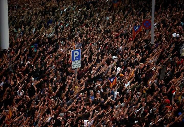 Policía reprime a independentistas catalanes en el aeropuerto de Barcelona