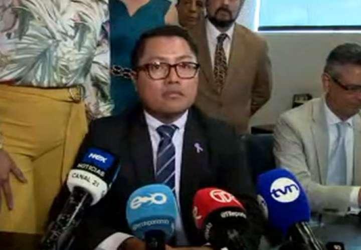 Diputado Arias, acusado de abuso sexual, dice que no se separará de su cargo