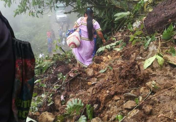 Incomunicados por deslizamientos de tierra en la comarca